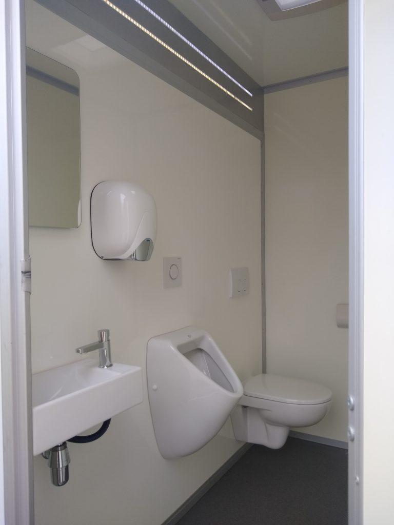 Binnenkant van de toiletwagen